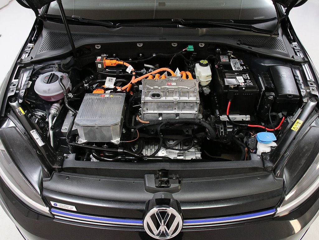 Pre-Owned 2017 Volkswagen e-Golf SE 125 mile Range